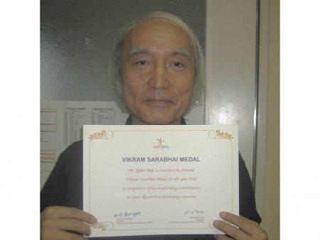 sarabhaiメダルを持つ新井康平特任教授